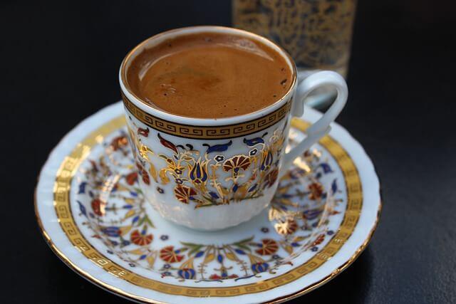 šalica kave in simboli kavne usedline