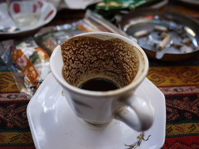 vedeževanje iz kave šalica turške kave
